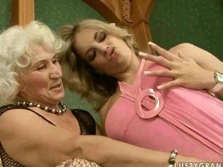 Granny worships pretty striplings satureted pussy to suck on