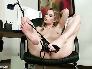 natural blonde Marilyn Cole can not stop playing with her gash
